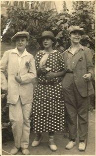 Al pati de la família dels mestres Esteve i Pilar, disfressats. D'esquerra a dreta, Joana Raspall, Lluís Mas i Eleonora Guarro. Juliol de 1925. Fotògraf desconegut.