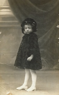 Foto d'estudi de Joana Raspall amb 3 o 4 anys. Fotògraf desconegut.